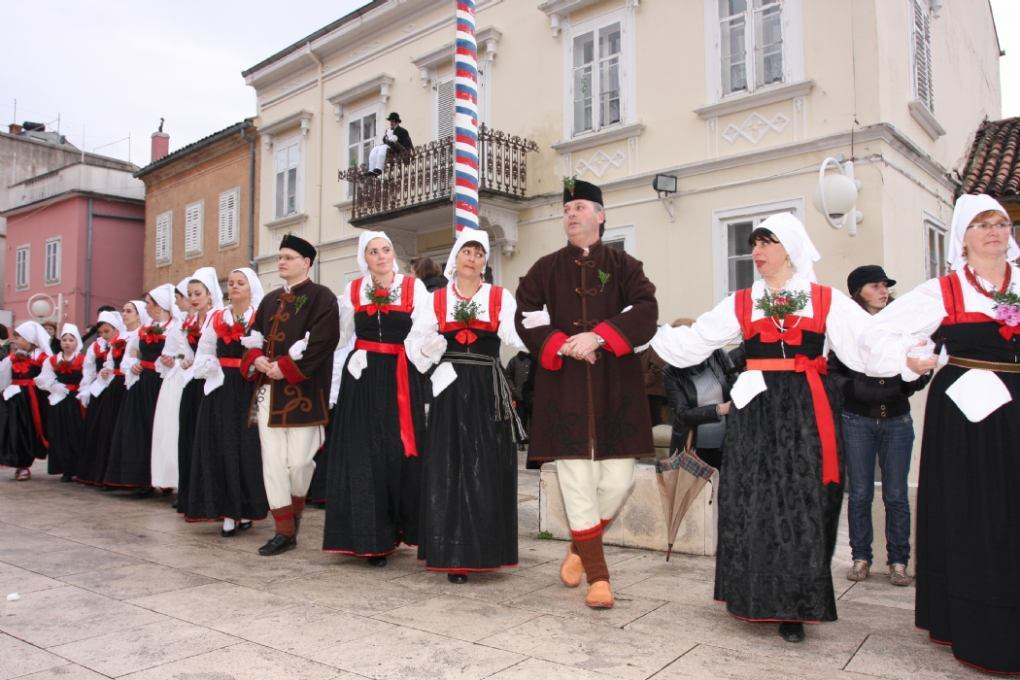 The whell dance of Novi and national costums